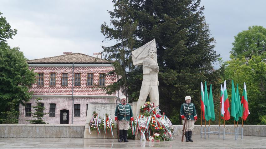 Пред паметника на знаменосеца на Ботевата чета Търговище почете 2 юни /ВИДЕО/