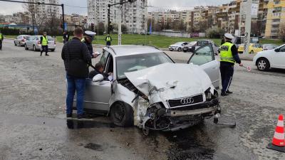 Трима пострадаха при тежка катастрофа на оживено кръстовище в Русе /ВИДЕО/