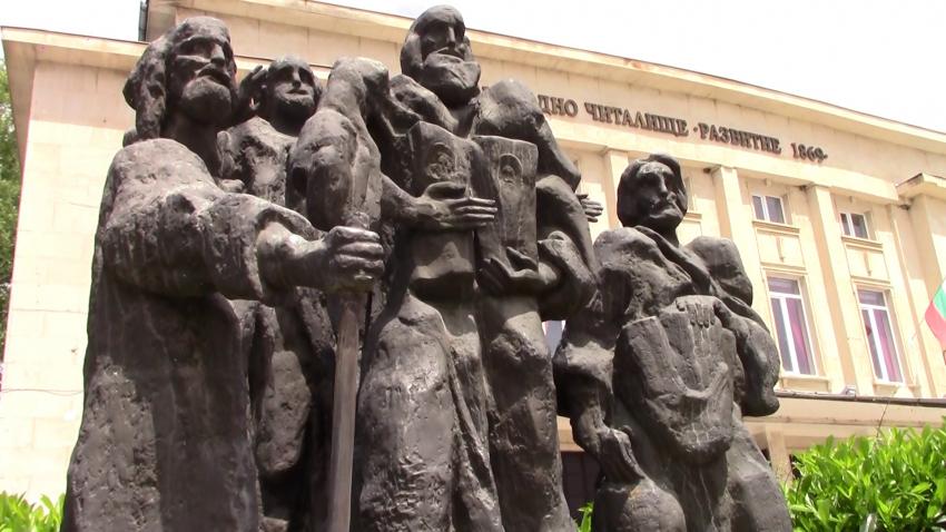 Възстановиха металната тояга на паметника на учениците на Кирил и Методий в Разград /ВИДЕО/