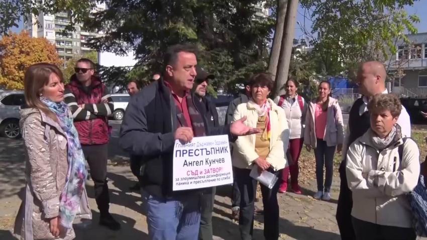 """ВИДЕО: Протест срещу """"зеления сертификат"""" се проведе на метри от опашка за ваксинация в Пловдив"""