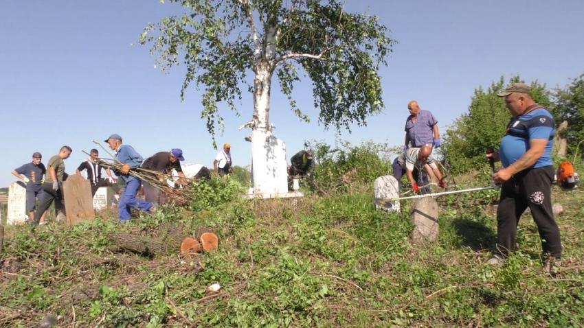 ВИДЕО: Мюсюлмани в търговищкото село Черковна се хванаха доброволно да чистят гробището за Курбан Байрама