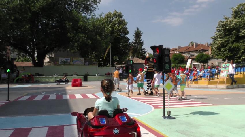 С демонстративни детски игри в Търговище отбелязаха Деня на пътната безопасност /ВИДЕО/