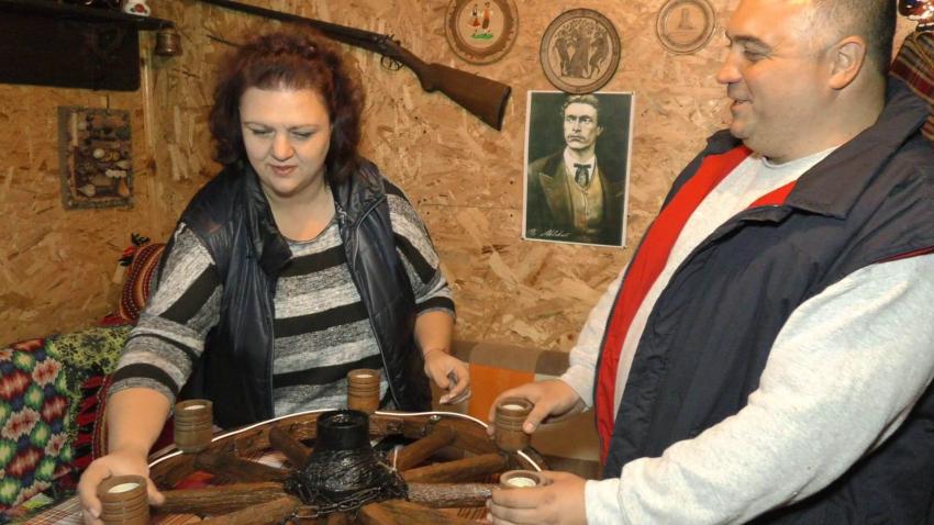 Младо семейство от Търговище изработва полилеи от стари бъчви и колелета на каруци /ВИДЕО/