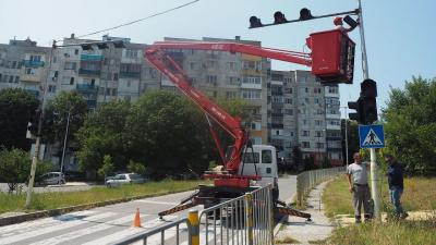 В Разград започнаха да монтират допълнително осветление за пешеходните пътеки