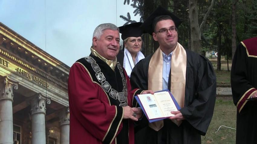 ВИДЕО: Русенският университет изпрати с церемония отличниците и първенците на випуска