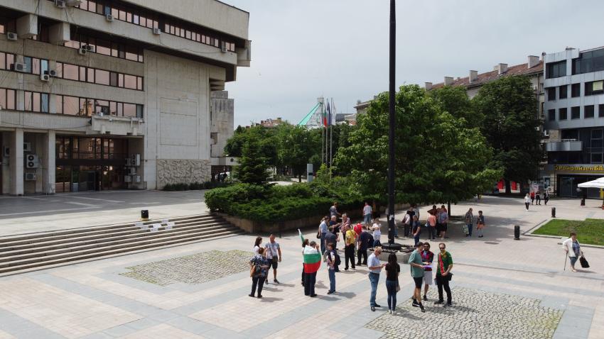 Едва 30 души излязоха на протест в Русе срещу 5G мрежата /ВИДЕО/