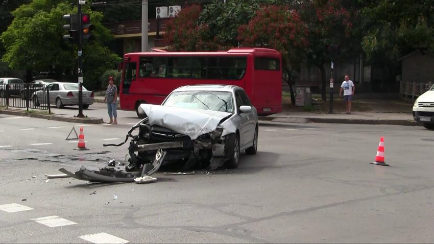 Катастрофа между автобус и лек автомобил в Русе се размина без пострадали /ВИДЕО/