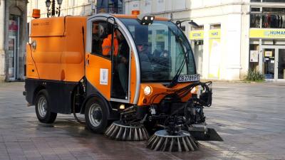 Модерни многофункционални машини чистят от днес градските улици и площади в Русе /ВИДЕО/