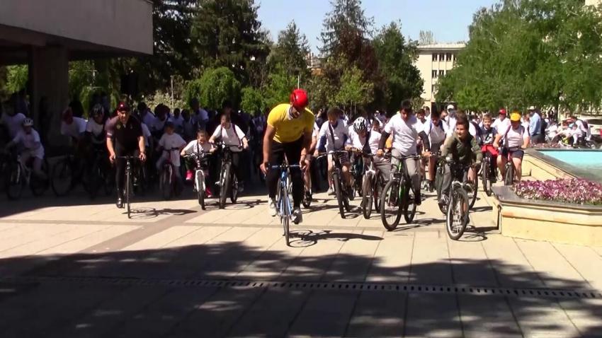 Стотици се включиха във велообиколката на обектите, обновени с европейски средства в Разград /ВИДЕО/