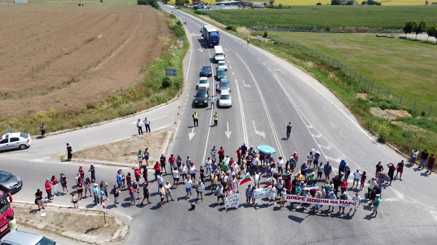 Протестиращи блокираха пътя Русе - Варна заради лошото състояние на Русе - Кубрат /РАЗШИРЕН РЕПОРТАЖ/