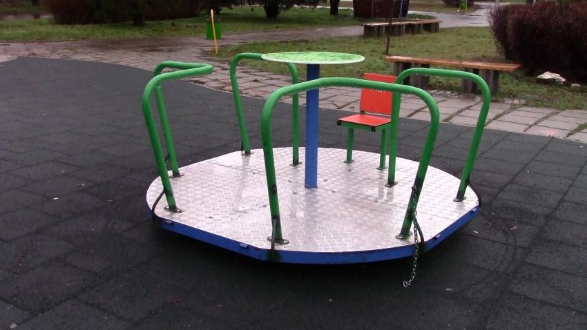 Вандали отново потрошиха люлка за игра на деца с увреждания в Разград /ВИДЕО/