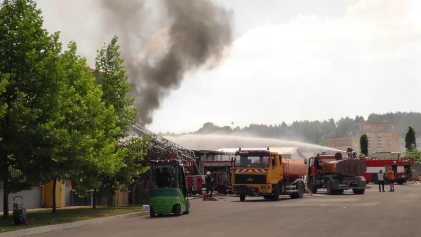 Цех в завода за мебели в Търговище изгоря след огромен пожар /ВИДЕО/