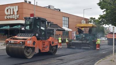 """Започна полагането на изравнителния пласт асфалт на улица """"Странджа"""" в Разград"""
