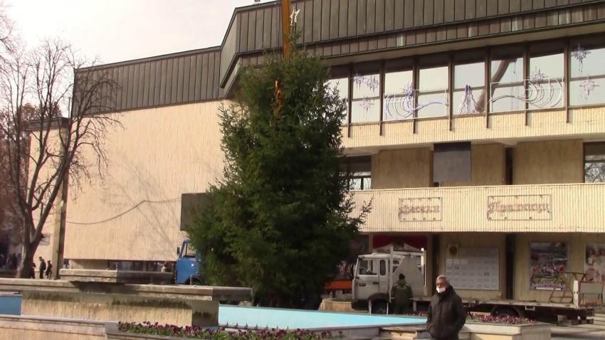 Светлините на Коледната елха в Разград грейват на 4 декември /ВИДЕО/