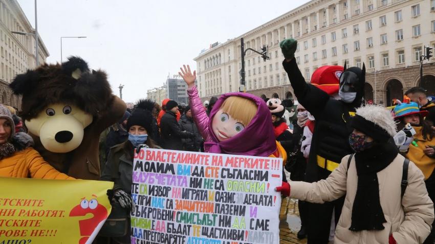 Работещи в барове и ресторанти протестираха с музика и танци в центъра на София /ВИДЕО/