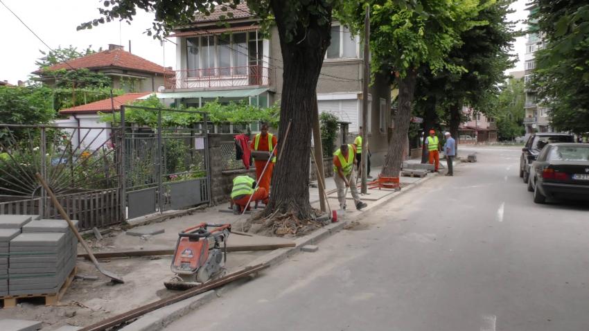 Продължават ремонтите на тротоарите в Търговище /ВИДЕО/