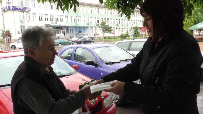 ВИДЕО: Доброто сред нас: Жена намери плик с пари в Търговище и ги върна на собственика им