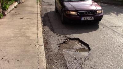 Започнаха ремонтите на най-разбитите участъци от уличната мрежа в Разград /ВИДЕО/