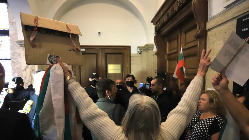 ВИДЕО: Протестиращи нахлуха пред кабинета на главния прокурор с искане за оставка