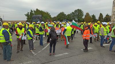 ВИДЕО: Стотици пътни строители блокираха Русе - Бяла днес следобед