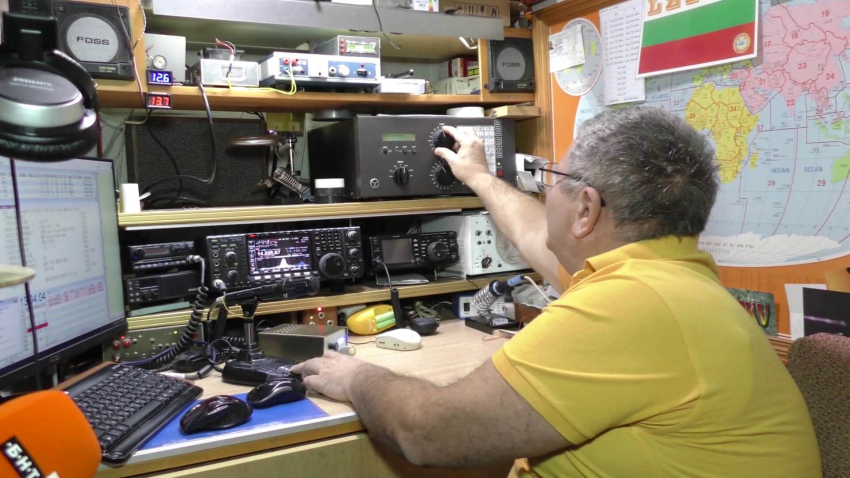 Мъж от Търговище вече над 40 години се свързва с хора от цял свят чрез радио ефира /ВИДЕО/