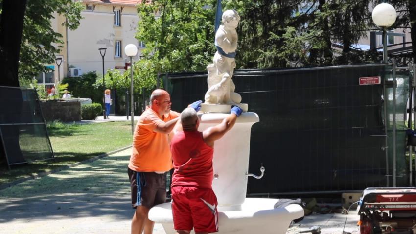 Приключи ремонтът на мраморната чешма в центъра на Търговище /ВИДЕО/