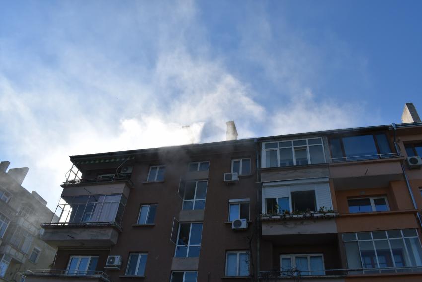 """Пожар избухна в блок на булевард """"Придунавски"""" в Русе тази сутрин /ВИДЕО/"""