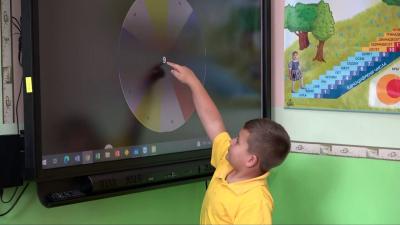 """ВИДЕО: НУ """"П. Р. Славейков"""" в Бяла използва интерактивни методи за обучение на първолаците"""