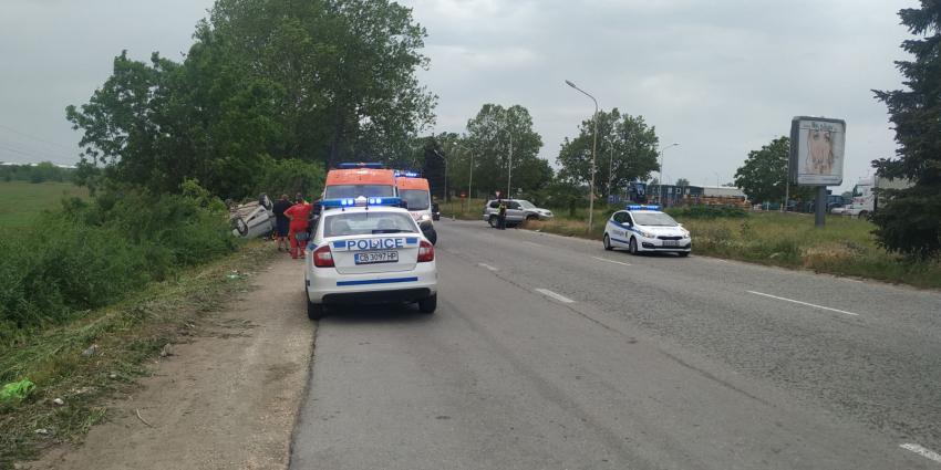 Лек автомобил се обърна по таван при тежка катастрофа в Русе /ВИДЕО/
