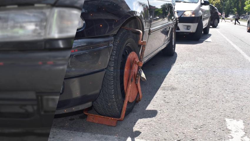 Започна поставянето на скоби на неправилно паркиралите в Разград /ВИДЕО/
