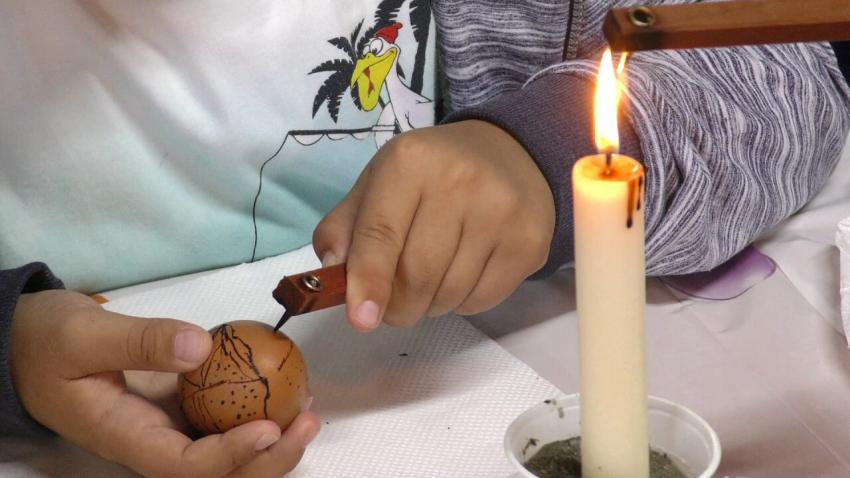 Деца от Търговище се учат да прилагат специфична техника за изписване на Великденски яйца /ВИДЕО/